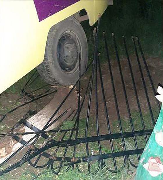 Забор, снесенный машиной скорой помощи