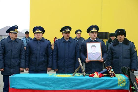 С погибшим в авиакатастрофе капитаном простились в Уральске (фото)