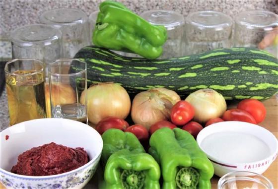 Томатная паста, масло, кабачок, перец, лук и другие овощи для лечо с кабачками