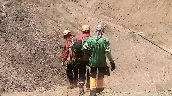 Найденного в горах мужчину сопровождают при спуске