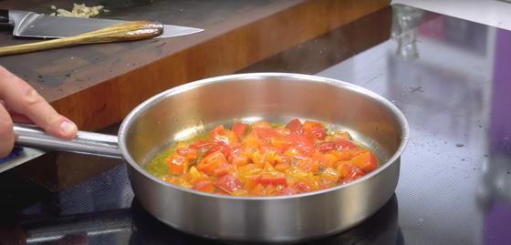 Обжаривание болгарского перца с помидорами