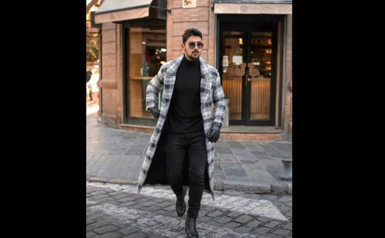 Мужчина в клетчатом пальто переходит дорогу