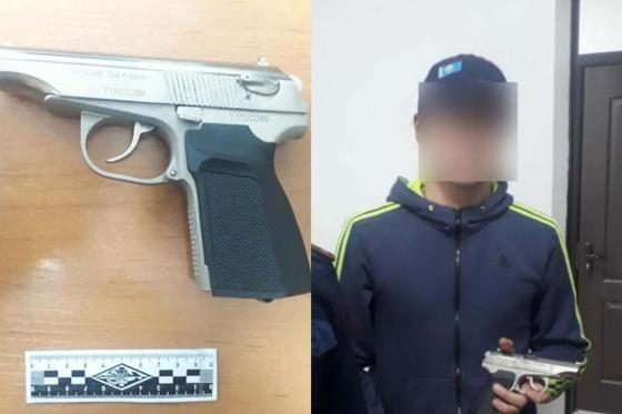Подозреваемый и изъятый пневматический пистолет