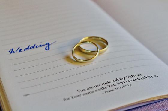 Свадебные кольца на блокноте