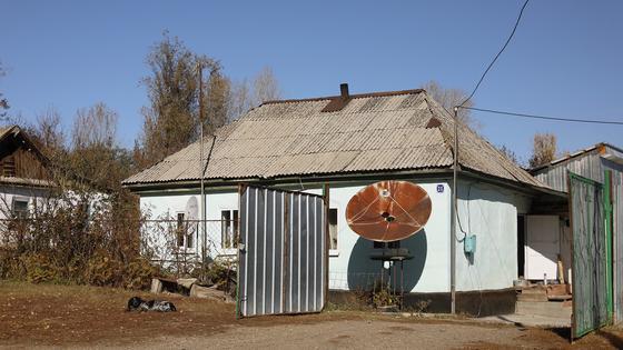 антенна установлена на стене дома