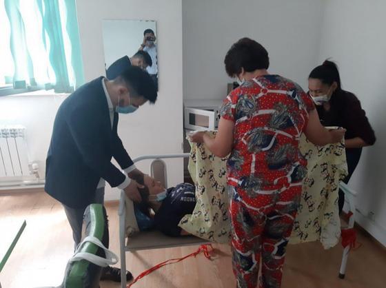Женщина родила в здании ЦОНа в Алматы