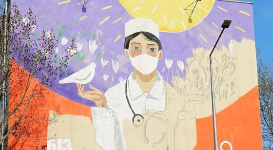 Мурал в честь медиков рисуют на фасаде ЖК в Нур-Султане (фото)