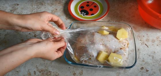 Курицу с картошкой упаковывают в рукав