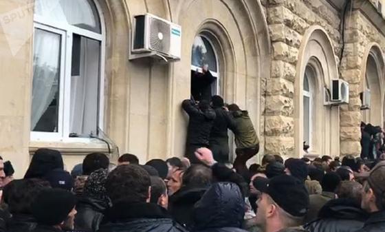Демонстранты штурмуют резиденцию президента Абхазии (фото, видео)