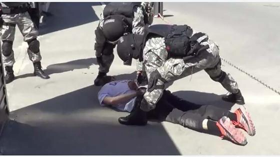 Стражи порядка задерживают подозреваемого