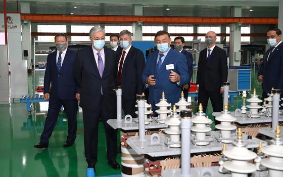 Касым-Жомарт Токаев во время визита завода Alageum Electric