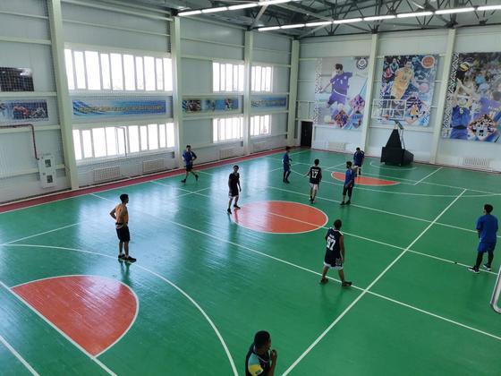 Дети играют в спортзале