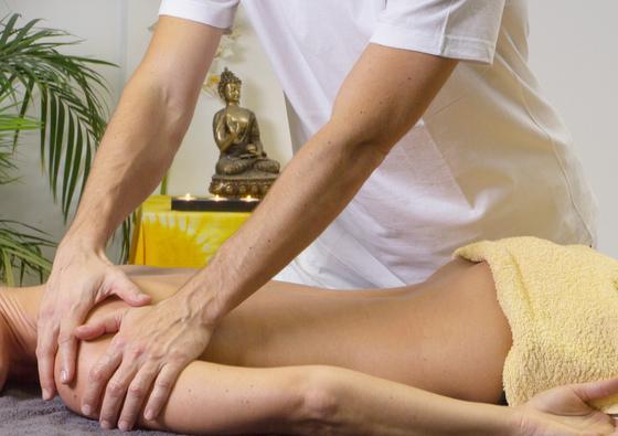Мужчина делает девушке массаж на укрепление суставов