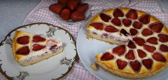 Пирог с творогом, кефиром и клубникой