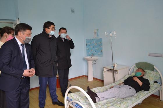 Комиссия мүшелері Меркі аудандық ауруханасында. Фото: Жамбыл облысының әкімдігі