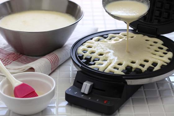 Наливают тесто в электровафельницу
