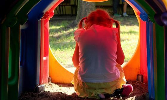 Мужчина домогался свою 5-летнюю дочь на остановке в Байконуре