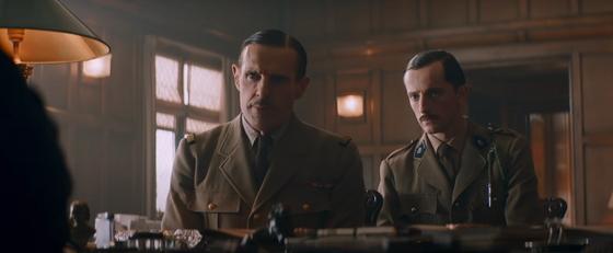 Генерал Шарль де Голль с помощником