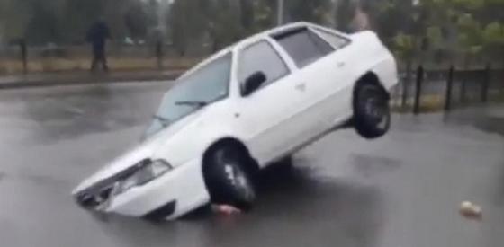 """Видео с """"вросшим"""" в асфальт автомобилем удивило Казнет"""