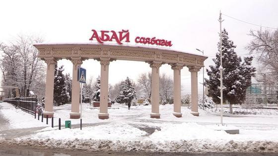Вывеску на входе в парк Абая в Шымкенте вновь сменили на кириллическую