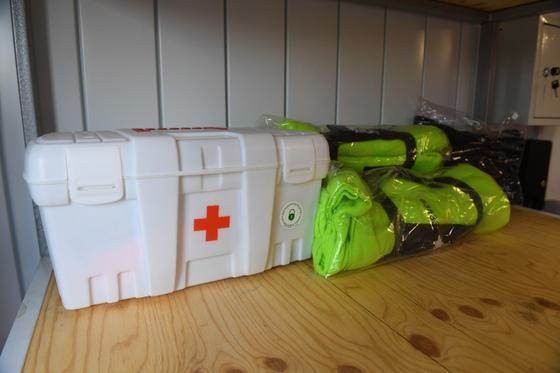 Аптечка и спасательные жилеты