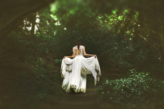Невеста в грязном платье в лесу
