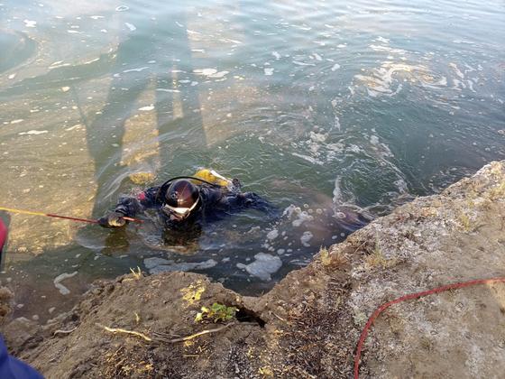 Водолазы ищут в канале тело погибшего рыбака