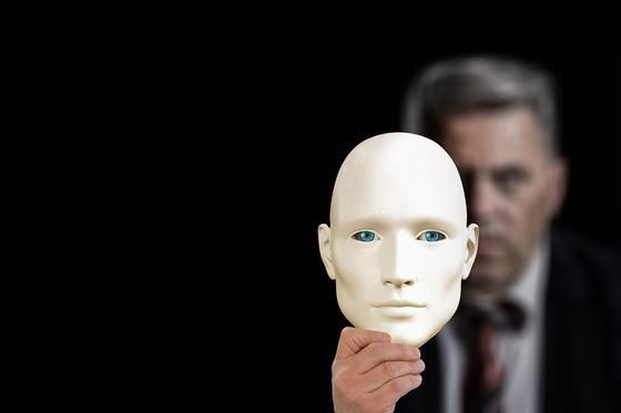 Человек с маской