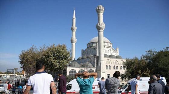 Минарет мечети обрушился из-за сильного землетрясения в Стамбуле (фото, видео)