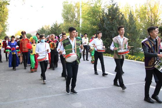 В Кызылорде на день города родители тройняшек получили квартиру