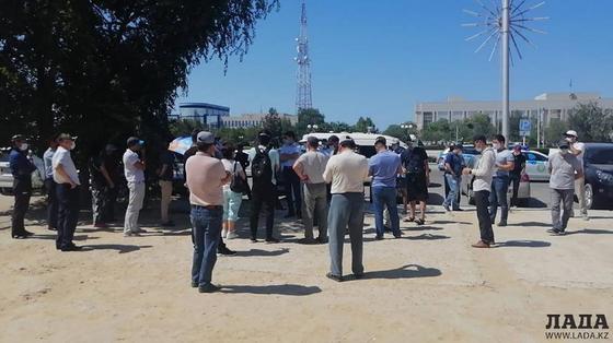 Люди собрались на площади из-за дефицита лекарств в аптеках Актау