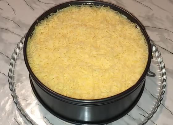 Королевский салат в форме на тарелке