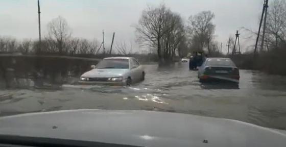 """""""Вот и поплыли"""": участки, дороги и дачи подтопило близ Петропавловска"""