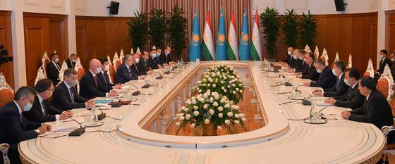 Переговоры между президентами Казахстана и Таджикистана в расширенном формате