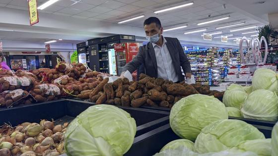 По ТРЦ и крупным магазинам Казахстана запрещено ходить без маски