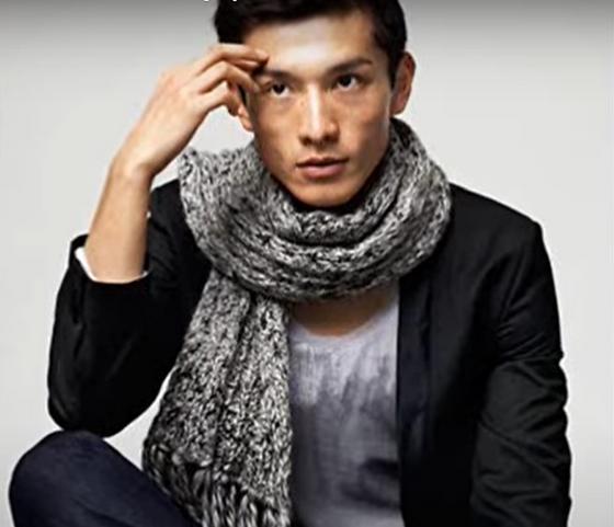 Мужской шарф на парне-модели