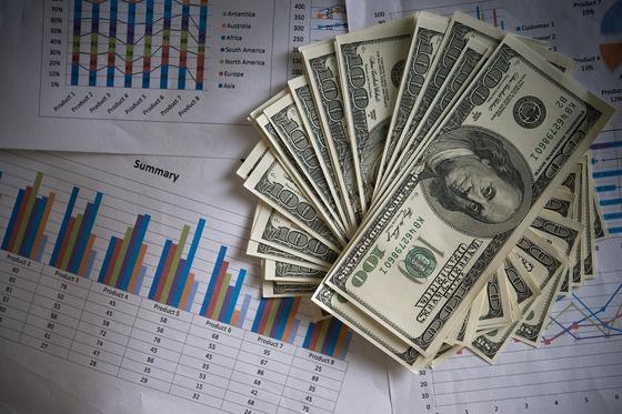 Доллары на экономических графиках