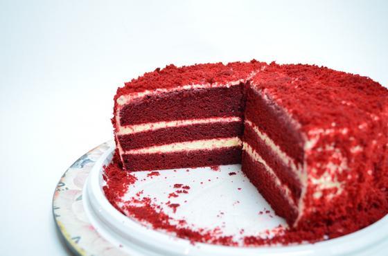 Торт Красный бархат в разрезе на белой тарелке