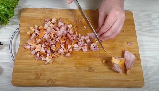 Нарезанное копченое куриное мясо на доске