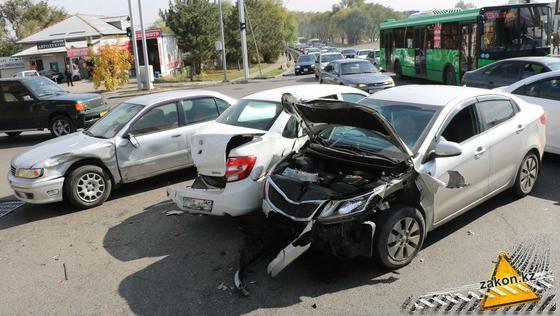 Автомобили столкнулись в Алматы