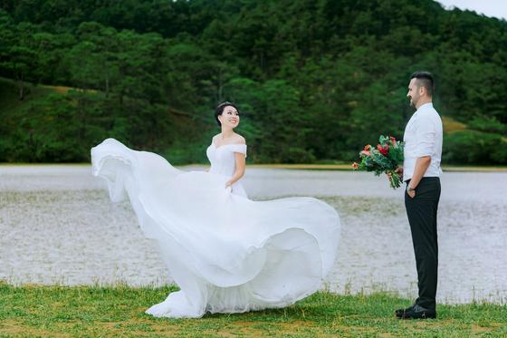 Образы молодоженов на свадьбе под открытым небом