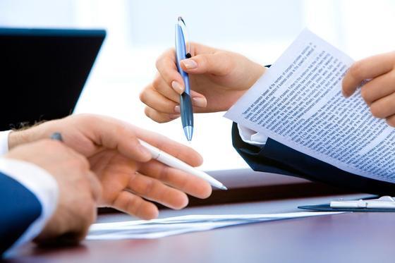 Мужчина и женщина держат ручки и документы в руках