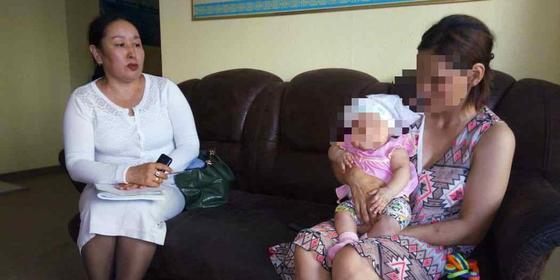 """""""Упрекнул, что родилась дочь"""": Житель Атырау выгнал жену с пятью детьми из дома"""