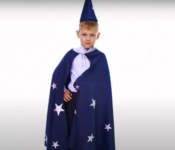 Мальчик в костюме звездочета