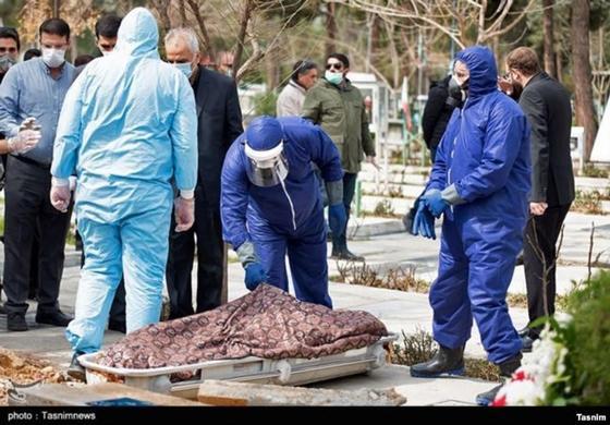 Иранда коронавирустан қайтыс болған адамды жерлеу рәсімі. Фото: Tasnimnews