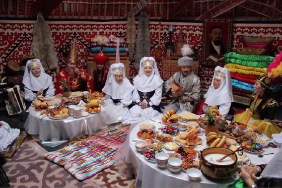 Гости за праздничным дастарханом