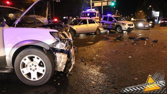 Поврежденные машины стоят на дороге
