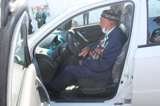 Күршімде 95 жастағы соғыс ардагеріне темір тұлпар сыйға тартылды (фото)