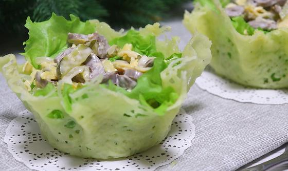 Салат в сырных корзинках на столе