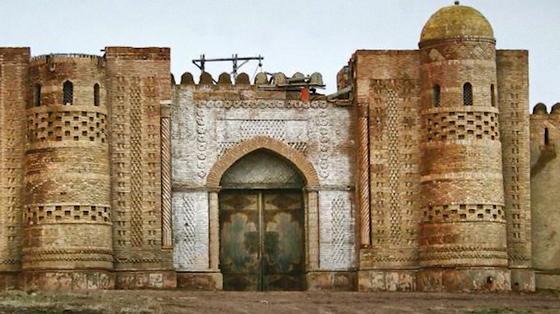 Крепость с резными стенами, двумя башнями и закрытыми воротами